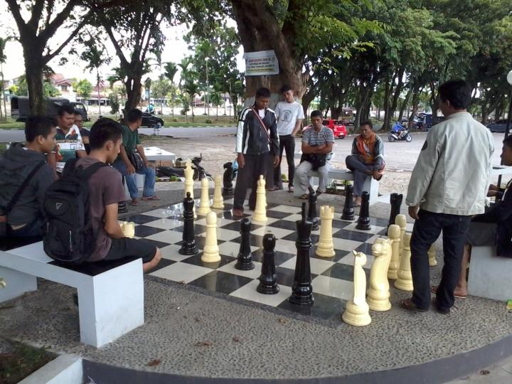 Bidak catur di taman catur GOR H. Agus Salim